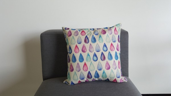 Decorative pillow with colourful drops
